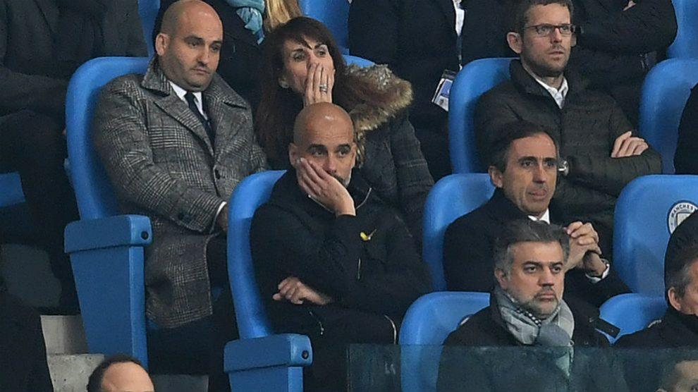 Pep Guardiola, en la grada tras ser expulsado en el Manchester City – Liverpool de la Champions League. (AFP)
