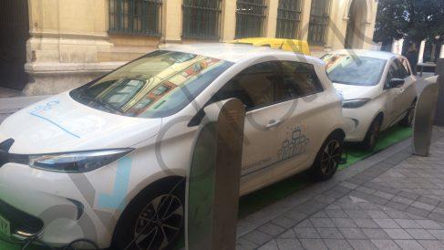 Un coche eléctrico en su punto de recarga.