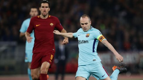 Iniesta en el duelo ante la Roma. (AFP)