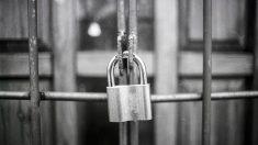 Padre es detenido por encerrar a su hijo en una jaula durante más de veinte años