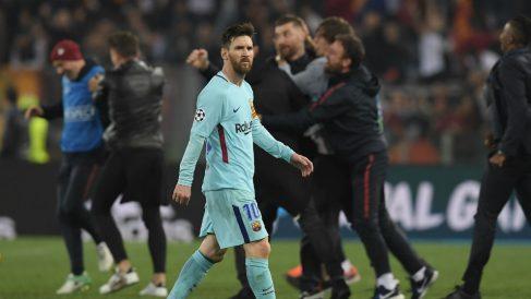 Leo Messi se marcha del campo tras caer eliminado frente a la Roma. (AFP)