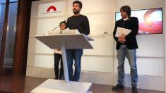 Ruben Wagensberg (ERC), Natàlia Sànchez (CUP) y Francesc de Dalmases (JxCat) en rueda de prensa en el Parlament.