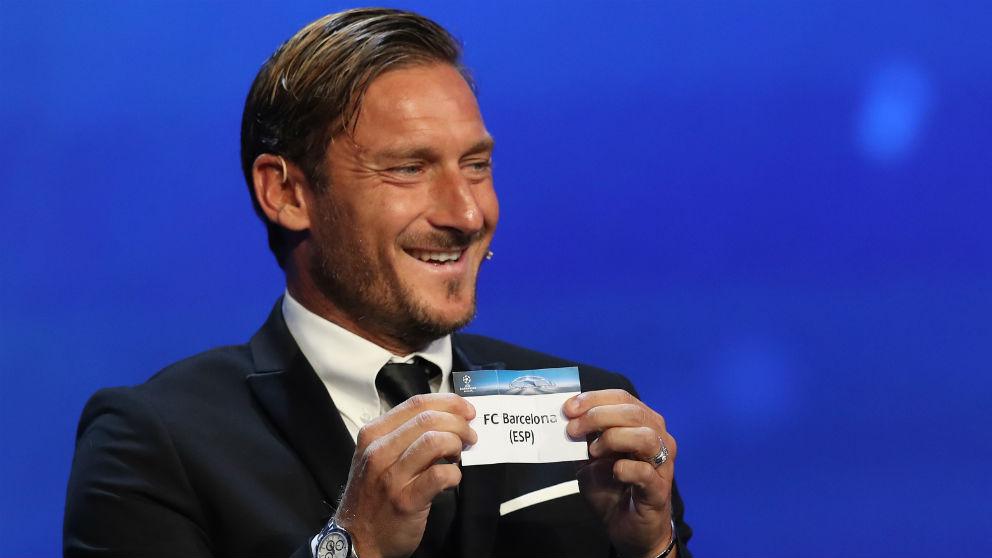 Francesco Totti saca la bola del Barcelona, que queda emparejado contra la Roma en los cuartos de final de la Champions League. (AFP)