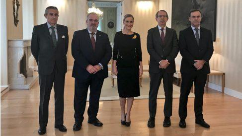 Alfonso Sánchez, presidente de la AVT, junto a Cristina Cifuentes y otros premiados, el presidente de la Audiencia Nacional, José Ramón Navarro, y los de la agencia EFE y Europa Press.