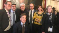 Ramsés Pérez (PSOE), Álvaro González (PP), abajo José Luis Moreno (PP), Pedro Corral, Carmen Castell y Ana Román (los 3 del PP) posan junto a Pedro Almodóvar