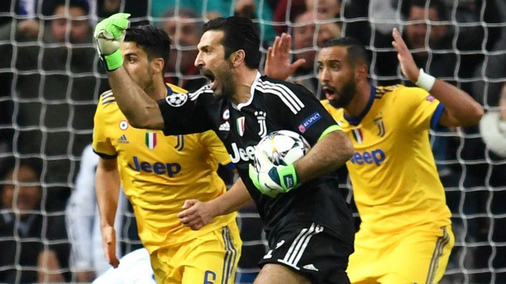Buffon protesta al árbitro tras señalar penalti. (Getty)