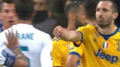 Chiellini se dirige a Varane con dinero ficticio en la mano. (Twitter)
