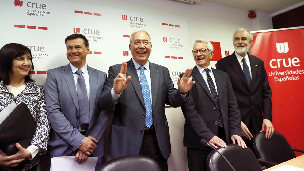 Responsables de la Conferencia de Rectores en su rueda de prensa sobre el máster de Cristina Cifuentes. (Foto: EFE)