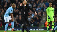 Pep Guardiola manda a callar a Mateu Lahoz. (AFP)