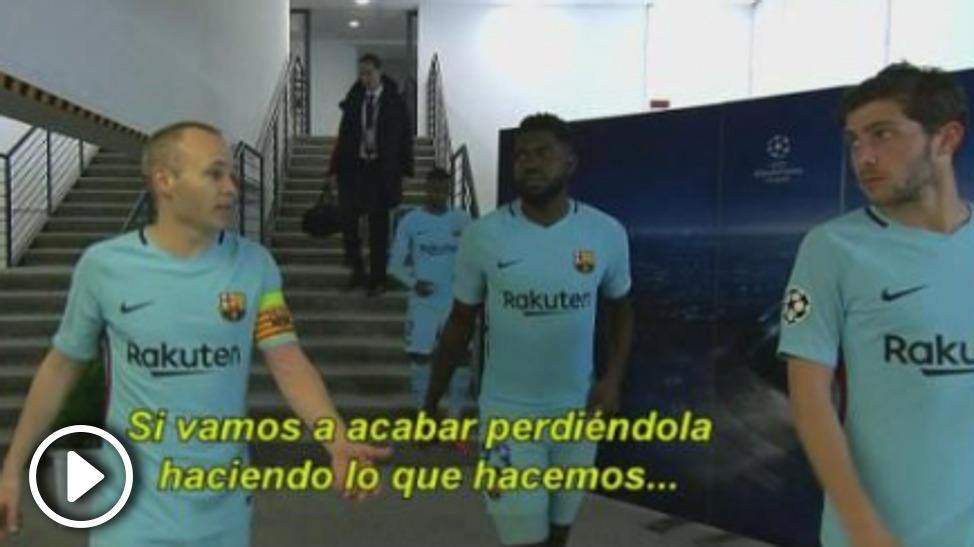 Andrés Iniesta habla con sus compañeros.