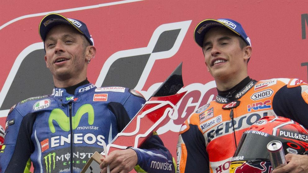 Marc Márquez y Valentino Rossi, compartiendo podio. (Getty)