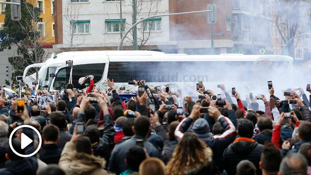 El autobús del Real Madrid llega al Bernabéu. (Realmadrid.com)
