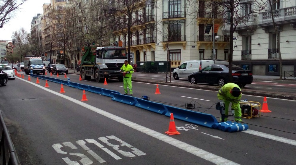 Separadores de carriles bus en carril bici. (Foto. TW)