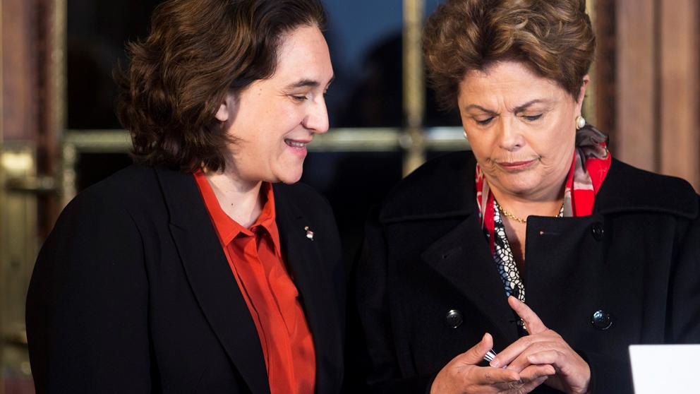 Ada Colau y Dilma Rousseff. (Foto: EFE)