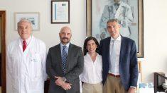 Álvaro de la Parra (dcha) con el equipo directivo de FJD, Dr. Javier Guerra (dtor asistencial), Jesús Mª Rodríguez (adjunto a Gerencia) y Eva Sáez (dtora de Calidad).