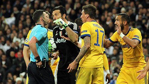 Buffon se fue a por el colegiado tras el penalti cometido por Benatia . (Foto: Enrique Falcón)