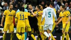Buffon protesta el penalti al árbitro. (Getty)