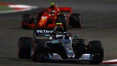 Mercedes cedió la victoria en Bahrein por tardar demasiado en darse cuenta de que Ferrari no iba a hacer parar más veces en boxes a Sebastian Vettel. (Getty)