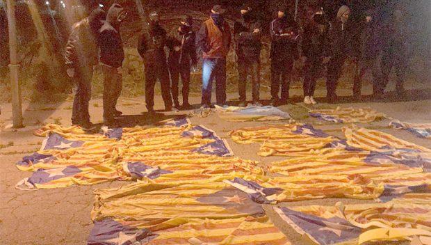 Una brigada constitucionalista retira 35 esteladas en una sola noche y las luce como trofeos