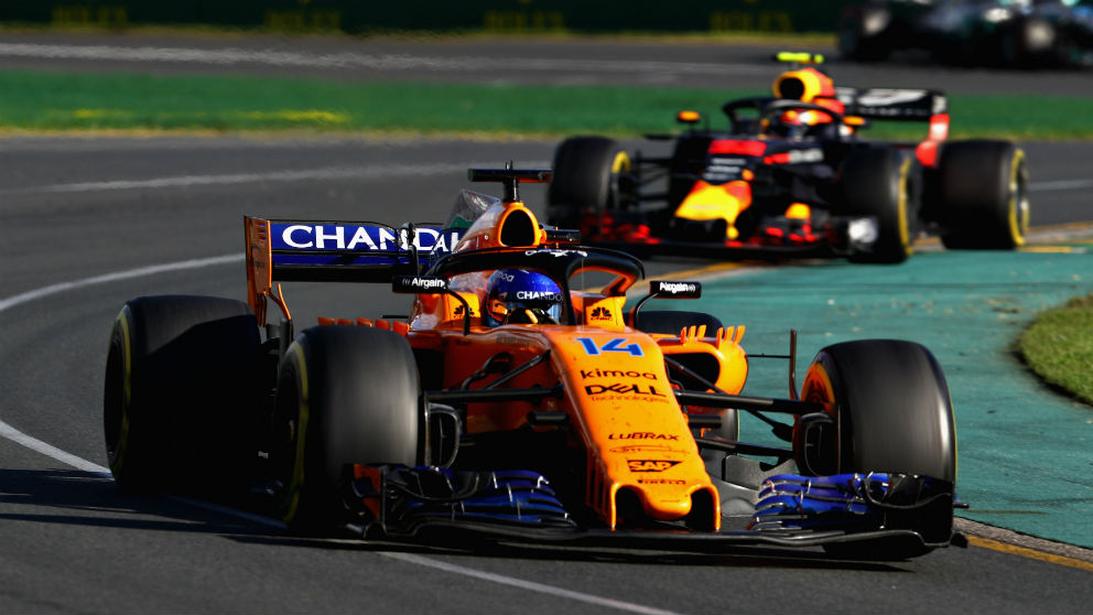 Fernando Alonso, por delante de un Red Bull en Australia.