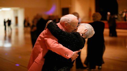 Pareja de ancianos bailando