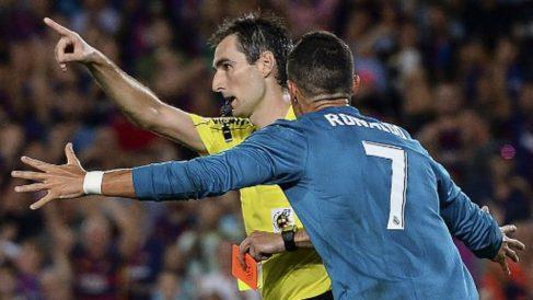 De Burgos Bengoetxea, en el momento en el que expulsó a Cristiano Ronaldo (AFP).