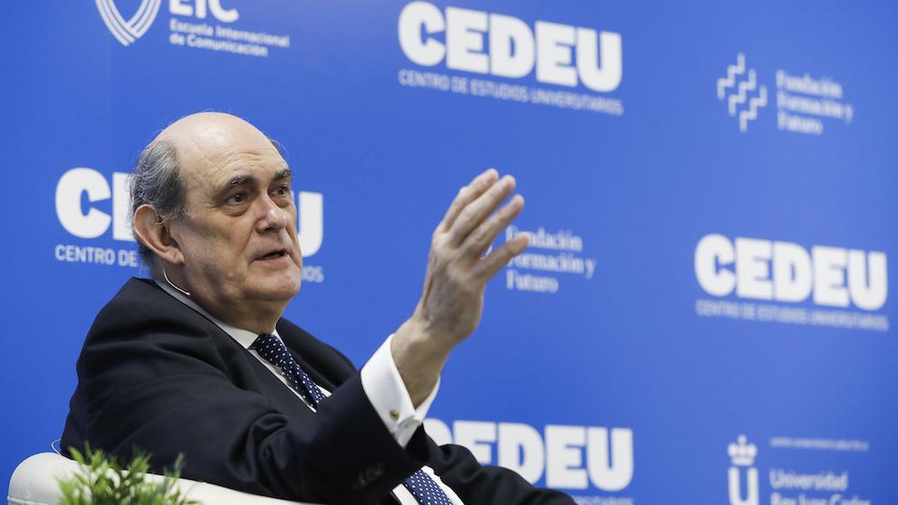 El exdiputado del PP, Ignacio Astarloa, en el campus de CEDEU.