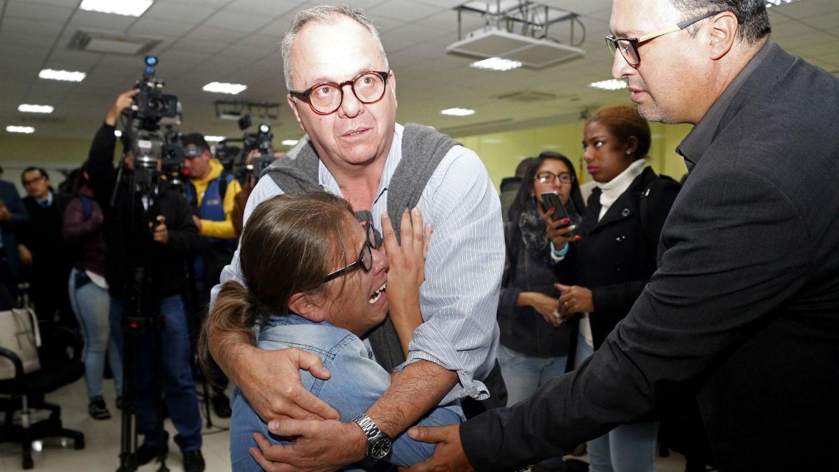 Familiares de los periodistas asesinados tras conocer la noticia (AFP).