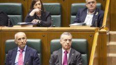 El lehendakari, Iñigo Urkullu, su consejero Josu Erkoreka y los diputados Joseba Egibar y Josune Gorospe en el Parlamento Vasco. (Foto: EFE)