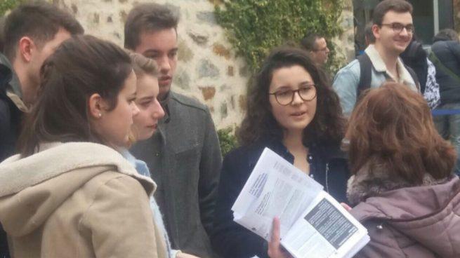 CDR repartiendo folletos a turistas
