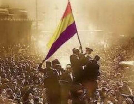 La fotografía compartida Por Garzón e Iglesias del General Pedro Mohíno Díez sosteniendo una bandera republicana.