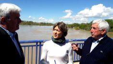 La ministra García Tejerina con el delegado del Gobierno en Aragón junto al río Ebro (Foto: Efe).