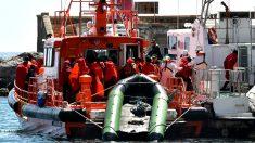 Una embarcación transporta inmigrantes rescatados de una patera. (Foto: Efe)