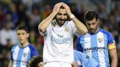 Benzema se lamenta por una de las ocasiones falladas en La Rosaleda. (AFP)