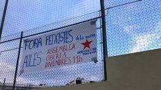 Pancartas colocadas por los independentistas en el instituto en el que imparte sus clases el profesor Francisco Oya.