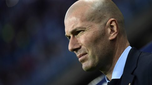 Zidane, en el banquillo de La Rosaleda. (AFP)