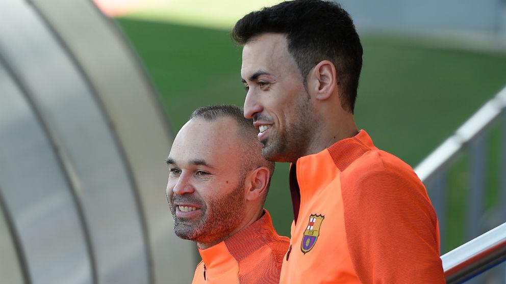 Sergio Busquets y Andrés Iniesta durante un entrenamiento con el Barcelona. (AFP)