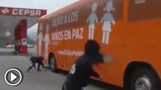 Pedradas y rotura de parabrisas contra el bus de Hazte Oír a su llegada a Lena (Asturias).