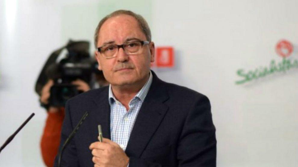 El secretario de Organización del PSOE-A, Juan Cornejo, en rueda de prensa.