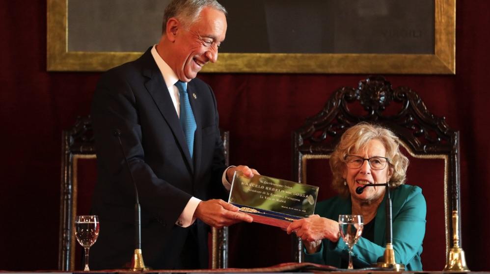 Manuela Carmena entregando las llaves de la ciudad al presidente portugués. (Foto. Madrid)