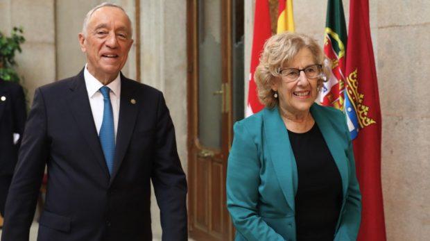 Carmena falta al respeto al presidente de Portugal: le entrega las llaves de Madrid sin levantarse