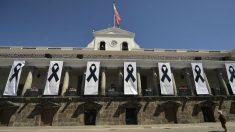 Crespones negros en la Casa Presidencial en Ecuador por los tres ciudadanos asesinados (AFP).