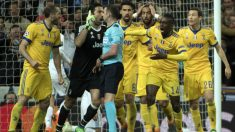 Los jugadores de la Juventus increpan a Michael Oliver tras pitar penalti en el Real Madrid-Juventus | Real Madrid | Champions League. (AFP)