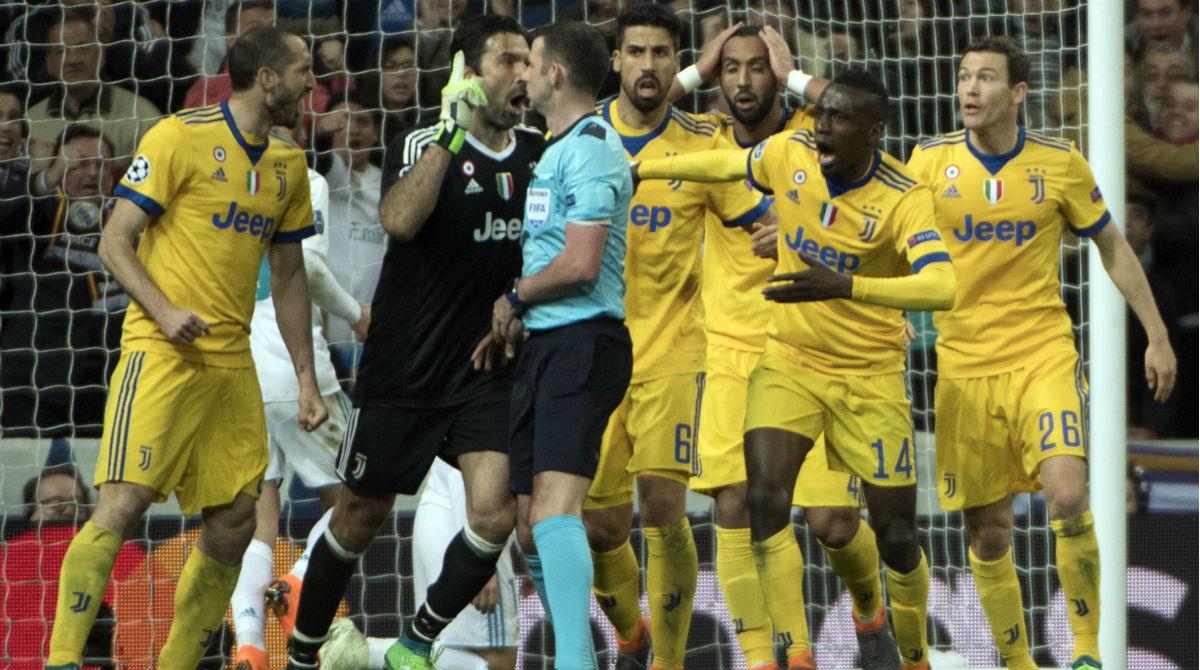 Los jugadores de la Juventus increpan a Michael Oliver tras pitar penalti en el Real Madrid-Juventus   Real Madrid   Champions League. (AFP)