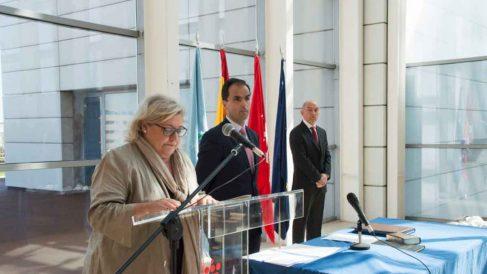 Pilar Charro y el rector de la Universidad Rey Juan Carlos, Javier Ramos, durante un acto.
