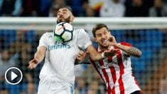 Benzema pelea por un balón. (EFE)