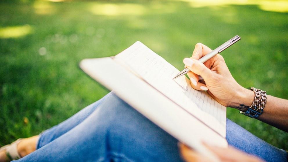 Aprende todos los pasos para escribir letras de canciones.