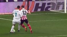 Cristiano Ronaldo pide penalti de Unai Núñez.