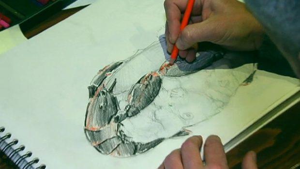 Dibujar previamente el diseño es el primero de los pasos para la creación de sus obras.