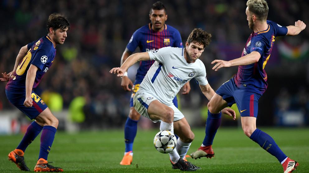 Marcos Alonso, elegido mejor lateral zurdo de la Premier, controla el balón en el Barcelona-Chelsea de Champions. (Getty)